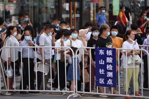▲중국 장쑤성 난징시 한 쇼핑몰 밖에서 사람들이 21일 신종 코로나바이러스 감염증(코로나19) 검사를 위해 줄 서 있다. 난징/로이터연합뉴스