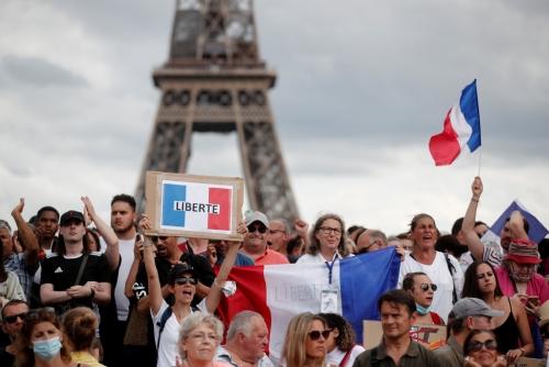 ▲프랑스 정부의 신종 코로나바이러스 감염증(코로나19) 방역 지침에 항의하는 시민들이 24일(현지시간) 파리 트로카데로 광장에서 시위하고 있다. 파리/로이터연합뉴스