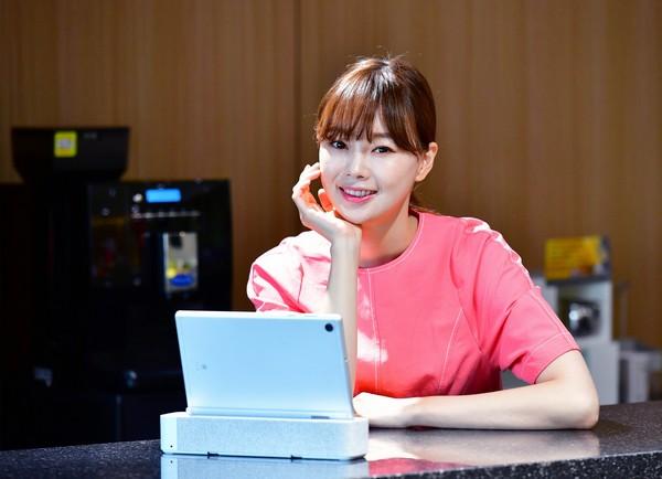 ▲모델이 SK브로드밴드의 태블릿 IPTV 'B tv air'를 보고 있다. (사진제공=SK브로드밴드)