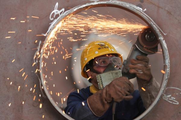 ▲5월 17일 중국 저장성 후저우의 한 공장에서 한 직원이 강철 구조물 생산 라인에서 일하고 있다. 후저우/로이터연합뉴스