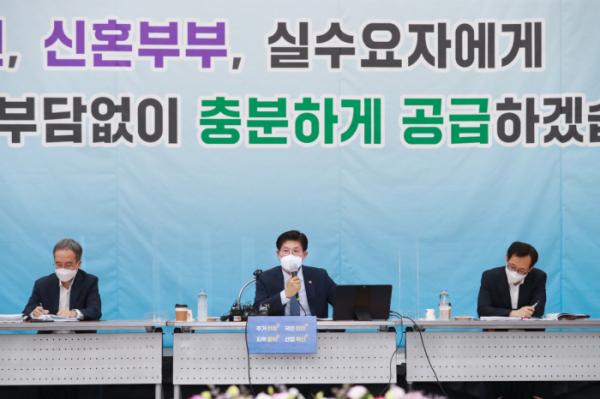 ▲노형욱(가운데) 국토교통부 장관이 5일 세종컨벤션센터에서 기자간담회를 진행하고 있다. (사진제공=국토교통부)