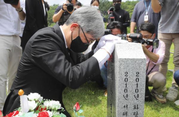 ▲최재형 전 감사원장이 12일 오전 대전 유성 국립대전현충원 천안함 46용사 전사자 묘역에서 묘비를 어루만지고 있다.  (연합뉴스)