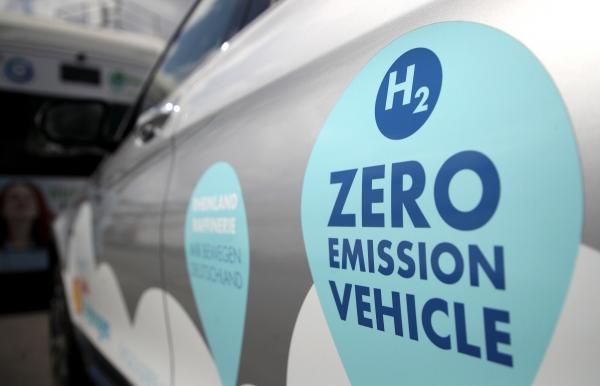 ▲독일 베셀링의 한 수소차 생산 공장에 탄소 제로 배출 차량 문구가 써 있다. 베셀링/EPA연합뉴스