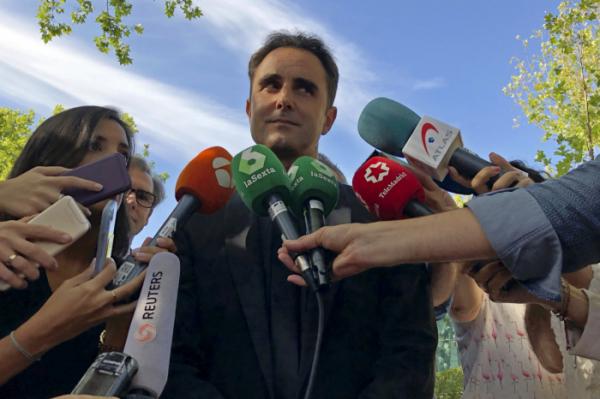 ▲에르베 팔치아니가 2018년 9월 11일 스페인 마드리드에서 열린 스위스로의 범죄인 인도 청문회를 마친 뒤 법원 밖에서 기자들 앞에 섰다. (AP/뉴시스)