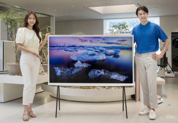 ▲삼성전자 모델이 삼성디지털프라자 홍대점에서 유명 가구 디자이너 로낭&에르완 부훌렉 형제가 디자인한 라이프스타일 TV '더 세리프' 65형 신제품을 소개하고 있다. (사진제공=삼성전자)