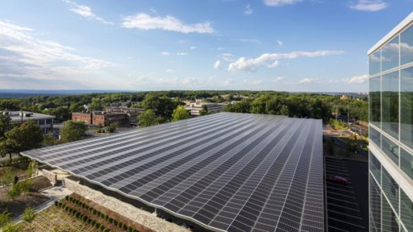 ▲지난해 상반기에 완공한 LG전자 북미법인 신사옥은 지붕에 태양광 패널을 설치해 재생에너지를 생산하고 사용한다.  (사진제공=LG전자)