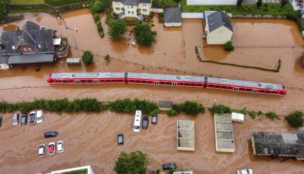 ▲15일(현지시각) 독일 라인란트팔츠주(州) 코르델 지방 인근 킬 강의 수위가 높아지면서 범람해 지역 기차역이 물에 잠겨 있다. (코르델=AP/뉴시스)