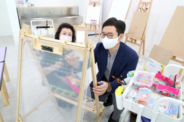 ▲정원오 성동구청장이 성동아이사랑복합문화센터에 마련된 미술교구를 점검하고 있다. (사진제공=성동구)