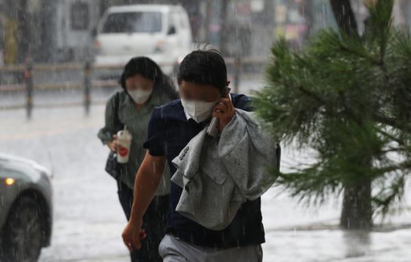▲소나기가 내리는 19일 오후 서울 성동구 광나루로 일대에서 시민들이 비를 피해 달리고 있다. (뉴시스)