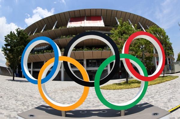 ▲20일 일본 도쿄올림픽 메인 스타디움인 국립경기장 앞에 올림픽링이 보인다. 도쿄/로이터연합뉴스