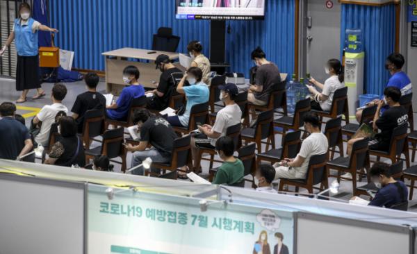 ▲20일 오후 서울 마포구 마포구체육센터에 설치된 예방접종센터를 찾은 시민들이 백신 접종을 받기 위해 대기하고 있다. (뉴시스)