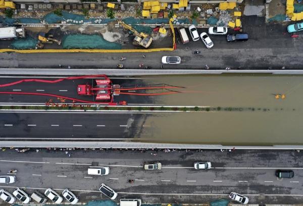 ▲중국 허난성 정저우시에서 홍수가 발생해 21일 차량들이 길가에 널부러져 있다. 정저우/AP연합뉴스