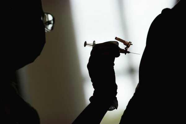 ▲4월 26일 미국 라스베이거스의 접종센터에서 한 간호학과 학생이 신종 코로나바이러스 감염증(코로나19) 백신을 투여하고 있다. 라스베이거스/AP연합뉴스