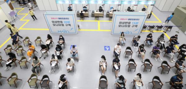 ▲21일 오후 서울 마포아트센터에 마련된 코로나19 예방접종센터에서 코로나19 백신 접종 받은 고3 수험생들이 이상반응관찰실에서 대기하고 있다.  (뉴시스)