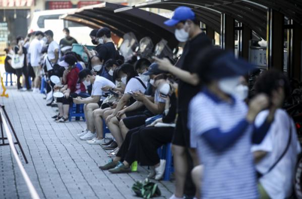 ▲0시 기준 코로나19 신규확진자가 1784명으로 집계된 21일 오전 서울 관악구 선별진료소를 찾은 시민들이 검사를 받기 위해 줄 서 있다. (뉴시스)