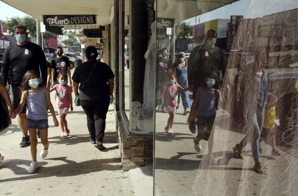 ▲16일(현지시간) 텍사스주 멕알렌 시내에서 쇼핑객들이 마스크를 쓴 채 걸어가고 있다. 맥알렌/AP뉴시스