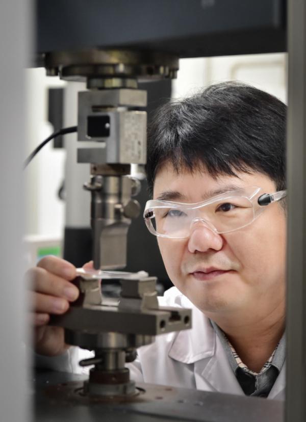 ▲LG화학 연구원이 업계 최초로 개발한 하얀색 재활용 ABS의 물성을 분석하고 있다. (사진제공=LG그룹)