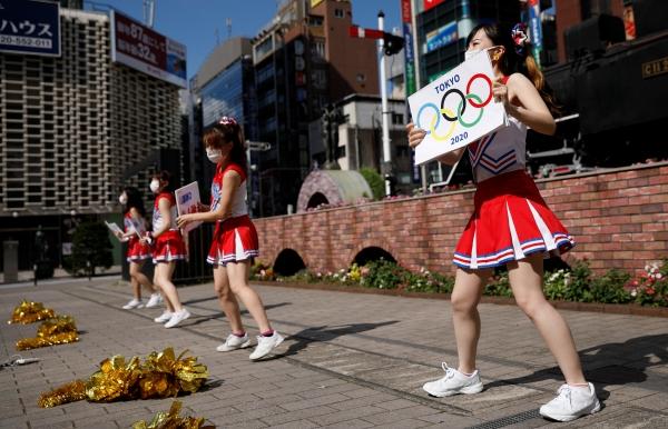 ▲22일 전일본응원협회에서 온 치어리더들이 일본 도쿄올림픽 개막을 하루 앞두고 도쿄 신바시역 앞에서 응원을 하고 있다. 도쿄/로이터연합뉴스