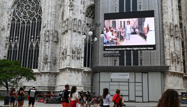 ▲성전자는 지난해 '밀라노 패션 위크'에 대형 LED 사이니지를 지원했다. 밀라노 두오모 성당에 설치된 LED 사이니지를 통해 디지털 런웨이가 펼쳐졌다. (사진제공=삼성전자)