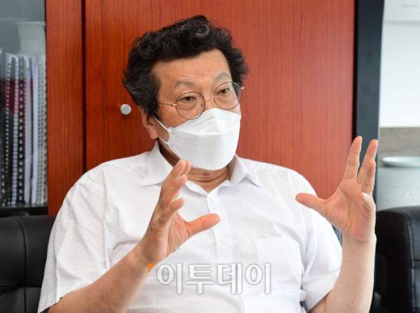 ▲강영권 에디슨모터스 회장이 이달 9일 서울 영등포구 사무실에서 이투데이와 인터뷰를 하고 있다. 고이란 기자 photoeran@
