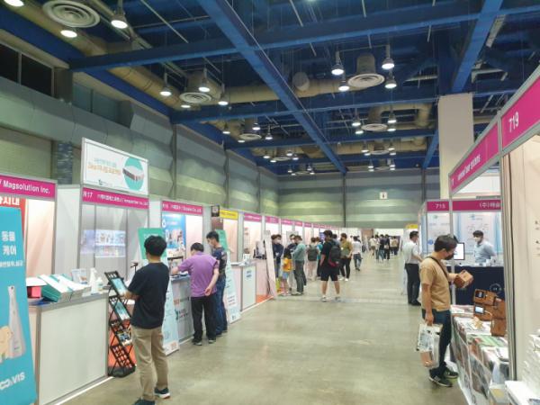 ▲22일 서울 강남구 코엑스에서 열린 '2021 스마트 디바이스 쇼 x 소형가전쇼'를 찾은 관람객들이 전시를 둘러보고 있다.  (심민규 기자 wildboar@)