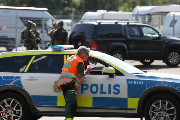 ▲스웨덴 헬비 교도소 인질극에 출동한 현지 경찰 (연합뉴스)
