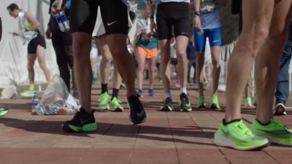 ▲달리기 효율을 높여주는 첨단 소재 '스파이크 운동화'는 스포츠계의 뜨거운 논란 거리다. (왓챠)
