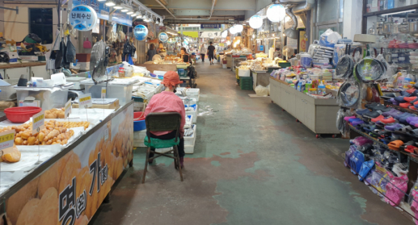 ▲23일 오후 경기도 의정부시 제일시장에서 생선가게를 운영하는 상인이 더위에 지쳐 앉아있다. (심민규 기자 wildboar@)