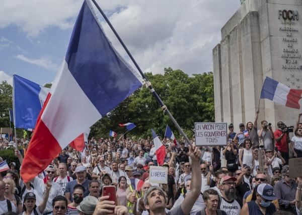 ▲프랑스 파리 에펠탑 인근 트로카데로에서 24일(현지시간) 시민들이 정부의 코로나19 방역 정책에 반대하며 시위를 벌이고 있다. 파리/AP뉴시스