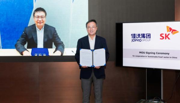 ▲오른쪽부터 체결 기념식에 참석한 장동현 (오른쪽) SK㈜ 사장과 조이비오 그룹의 천샤오펑(陈绍鹏) CEO가 온라인으로 '푸드테크 기업 투자를 위한 펀드 조성' 양해각서(MOU)를 맺고 기념사진을 찍고 있다. (사진제공=SK㈜)