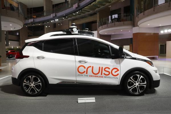 ▲미국 디트로이트 행사장에 전시된 제너럴모터스(GM)의 전기차 볼트EV 옆에 '크루즈'가 적혀있다. 디트로이트/AP뉴시스