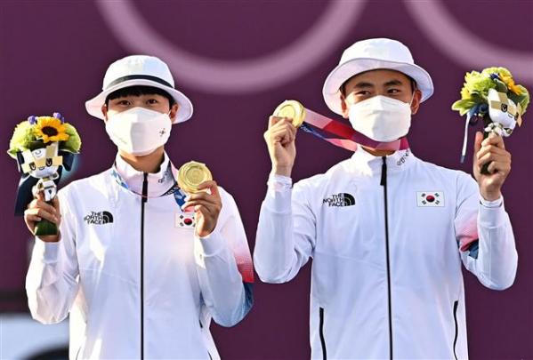 ▲양궁 국가대표 김제덕(오른쪽)과 안산 선수가 7월 24일 일본 도쿄 유메노시마 공원 양궁장에서 열린 도쿄올림픽 혼성 결승전에서 금메달을 걸고 포즈를 취하고 있다. (도쿄 올림픽 사진공동취재단)