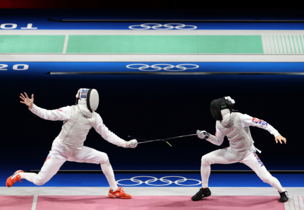 ▲26일 남자 플뢰레 개인 32강전에서 러시아의 키릴 보로다체프와 대결 중인 이광현(오른쪽) (연합뉴스)