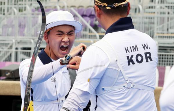 ▲26일 일본 유메노시마 공원 양궁장 도쿄올림픽 남자 단체전 8강전에서 김제덕이 활을 쏜 후 환호하고 있다.  (연합뉴스)