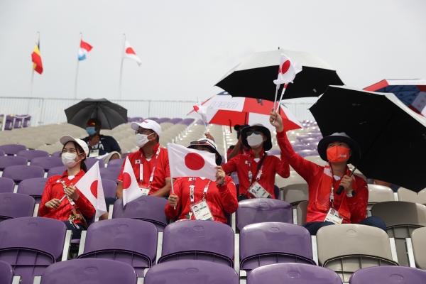 ▲일본 여자 양궁 대표팀이 26일 한일전이 열린 경기장을 찾아 응원하고 있다. 도쿄/EPA연합뉴스