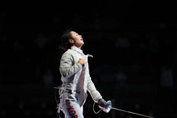 ▲26일 마쿠하리 메세홀에서 열린 도쿄올림픽 펜싱 여자 사브르 16강전에서 한국 김지연이 미국 마리엘 자구니스에게 패한 뒤 아쉬워하고 있다. (연합뉴스)