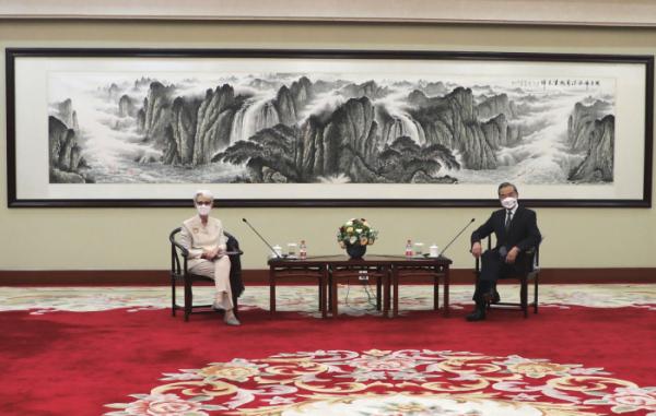 ▲웬디 셔먼(왼쪽) 미국 국무부 부장관이 26일 중국 톈진에서 왕이 중국 외교부장 겸 외교담당 국무위원과 면담하고 있다. 톈진/AP뉴시스