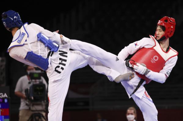 ▲이대훈이 25일 지바 마쿠하리 메세 A홀에서 열린 도쿄올림픽 남자 태권도 68kg급 동메달 결정전에서 공격을 하고 있다. (뉴시스)