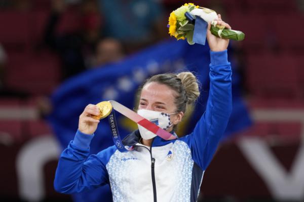 ▲24일 유도 여자 48㎏급 결승에서 승리한 크라스니키 디스트리아가 금메달을 받은 뒤 기뻐하고 있다.  ( AP/뉴시스)