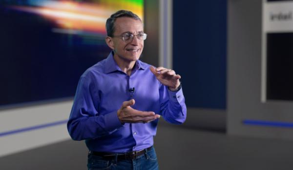 ▲팻 겔싱어 인텔 CEO가 26일(현지시간) 인텔의 향후 공정 및 패키징 기술 로드맵에 대해 설명하고 있다. (사진제공=인텔코리아)