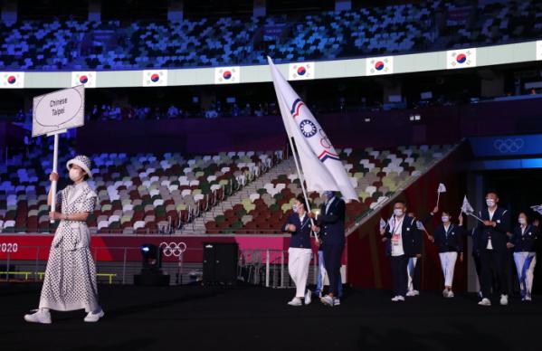 ▲23일 2020 도쿄 올림픽 개막식에 대만 선수들이 대만 올림픽 위원회기를 들고 입장하고 있다.  (신화/뉴시스)