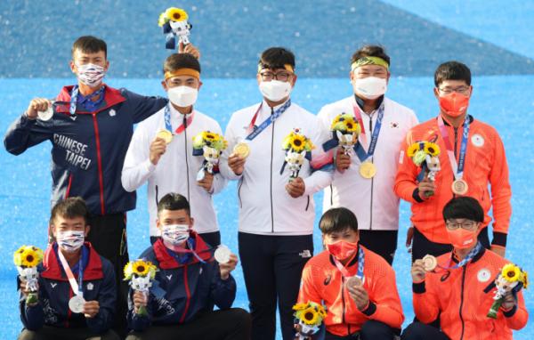 ▲26일 일본 도쿄 유메노시마 공원 양궁장에서 열린 도쿄 올림픽 남자양궁 단체전 시상식에서 한국, 대만, 일본 선수들이 메달 세리머니 후 기념촬영을 하고 있다. (뉴시스)