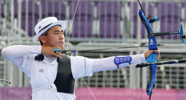 ▲양궁 국가대표 김제덕이 7월 26일 일본 도쿄 유메노시마 공원 양궁장에서 열린 도쿄올림픽 남자양궁 결승전 대만과의 경기를 하고 있다.