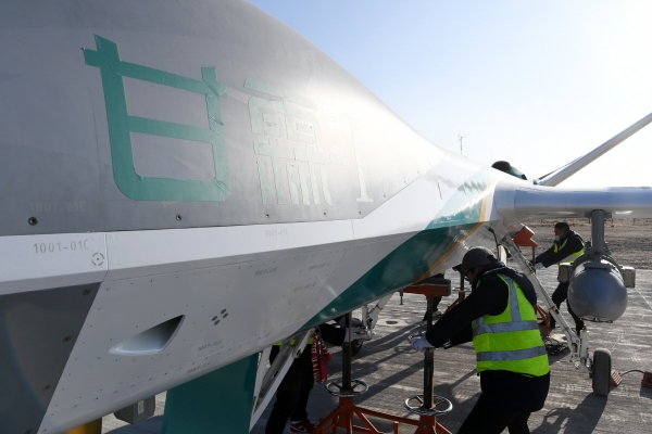 ▲중국 간쑤성에서 1월 26일 항공 정비사가 인공 강우 드론 '단비'를 정비하고 있다. 간쑤성/신화뉴시스