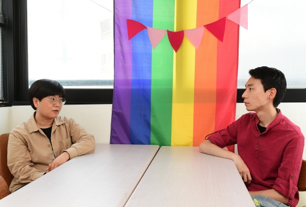 ▲행동하는성소수자인권연대 상임활동가 지오(왼쪽)와 오소리(오른쪽) 씨가 서울 마포구 사무실에서 이투데이와 인터뷰를 하고 있다. 고이란 기자 photoeran@