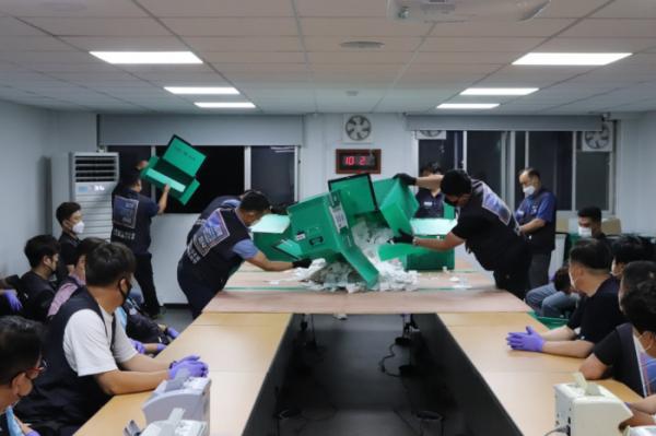 ▲금속노조 현대차 지부 관계자들이 27일 조합원 투표가 끝난 뒤 개표 작업을 벌이고 있다.  (사진제공=금속노조 현대차 지부)
