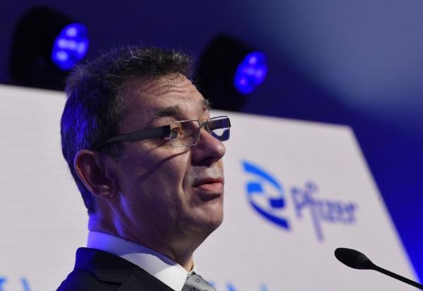 ▲앨버트 불라 화이자 최고경영자(CEO)가 4월 23일(현지시간) 벨기에 푸어스에서 열린 행사에서 발언하고 있다. 푸어스/AP뉴시스