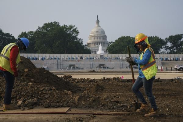 ▲21일 미국 근로자들이 워싱턴D.C. 국회의사당 근처에서 공원을 수리하고 있다. 워싱턴D.C./AP뉴시스
