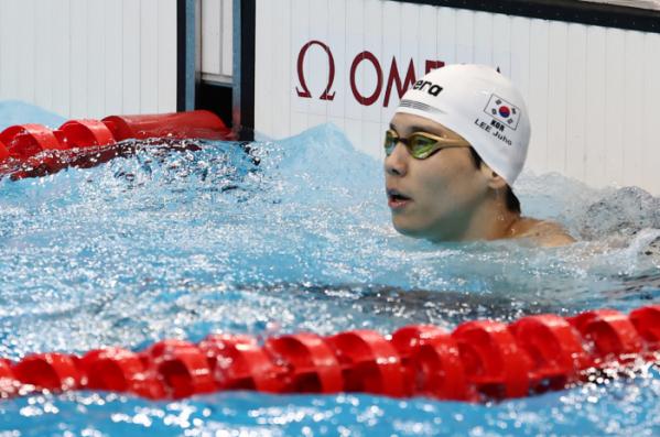 ▲29일 오전 일본 도쿄 아쿠아틱스 센터에서 열린 수영 남자 배영 200m 준결승전. 경기를 마친 대한민국 이주호가 기록을 보고 있다. (연합뉴스)