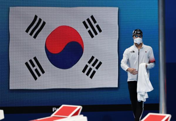 ▲29일 오전 일본 도쿄 아쿠아틱스 센터에서 열린 수영 남자 100m 자유형 결승전. 대한민국 황선우가 경기장에 들어서고 있다.